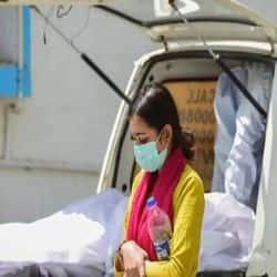 हैलट के कोविड अस्पताल में शव को कंधा देने के लिए कर्मचारी 2000 और मुँह दिखाई के लिए 1000 रुपये वसूल रहे हैं.