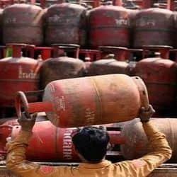बिहार में जनवरी से अप्रैल के बीच 70 फीसदी उज्जवला ग्राहकों ने गैस रिफिल नहीं करवाई.