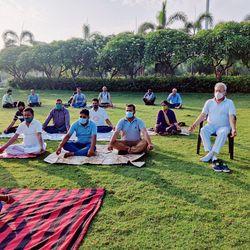 योगा दिवस के मौके पर योगाभ्यास करते लोग. (फाइल फोटो)