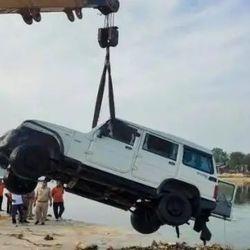 नाले की ढलान से अनियंत्रित होकर कार गोमती नदी में गिरी. (फाइल चित्र)