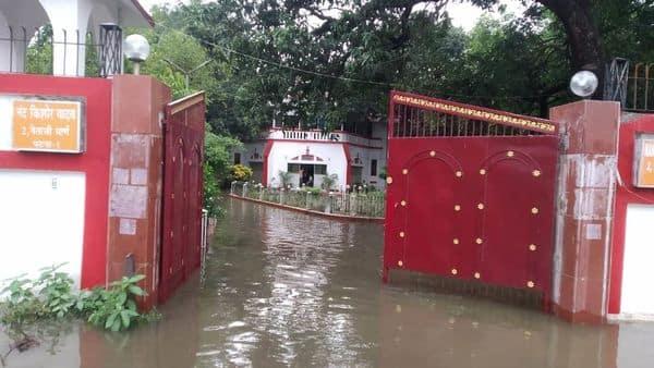 पटना में बारिश के बाद उप मुख्यमंत्री नन्द किशोर यादव के आवास पर पानी भर गया