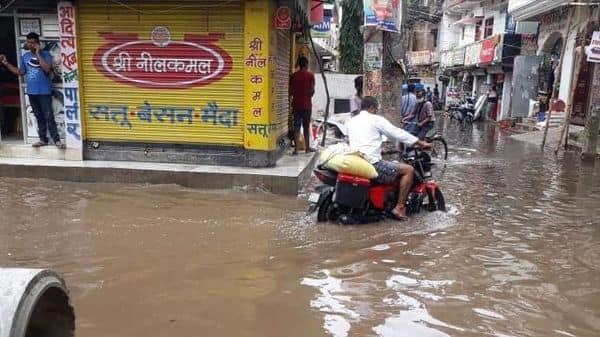 राजधानी में हो रही लगातार बारिश के कारण शहर की गलियों में पानी भर गया है, जिससे लोगों का निकलना तक मुश्किल हो गया है,
