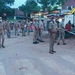 कपसेठी पुलिस साप्ताहिक बंदी पर बाजार में स्थिति का जायजा लेते हुए