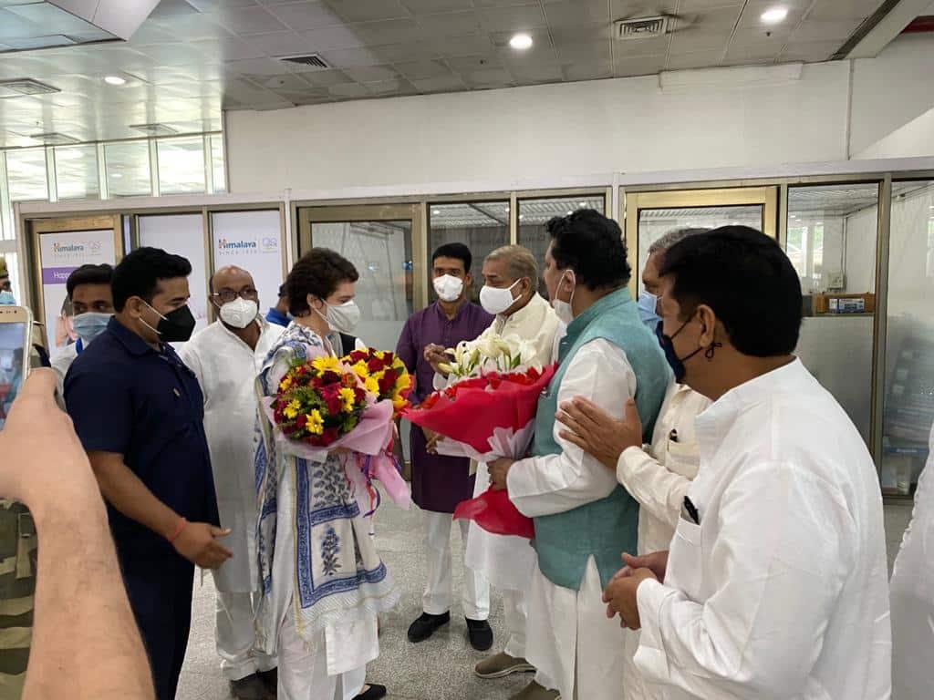 प्रियंका गांधी के स्वागत में एयरपोर्ट पर प्रदेश अध्यक्ष अजय सिंह लल्लू समेत कई नेता पहुंचे थे.
