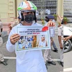 बिहार विधानमंडल के मानसून सत्र में हेलमेट पहनकर पहुंचे राजद विधायक
