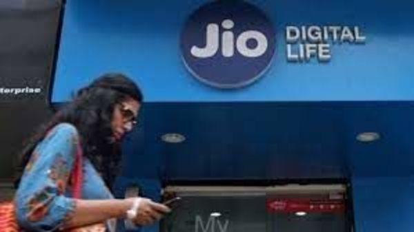 टेलीकॉम कंपनी रिलायंस जियो (Reliance Jio) का 98 रुपये का प्लान सबसे खास है. इस रिचार्ज प्लान में यूजर्स को 14 दिन की वैलिडिटी मिलती है. प्लान में हर दिन 1.5GB डेटा के साथ किसी भी नेटवर्क पर फ्री कॉलिंग की सुविधा मिलती है.