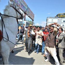 शक्तिमान घोड़े की मौत से पहले मंत्री गणेश जोशी और भाजपा कार्यकर्ता विधानसभा के समय. (फाइल फोटो)