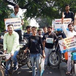 एनएसयूआई के कार्यकर्ताओं ने रिक्शे पर मोटरसाइकिल रखकर कमिश्नरी पार्क के पास विरोध जताया.