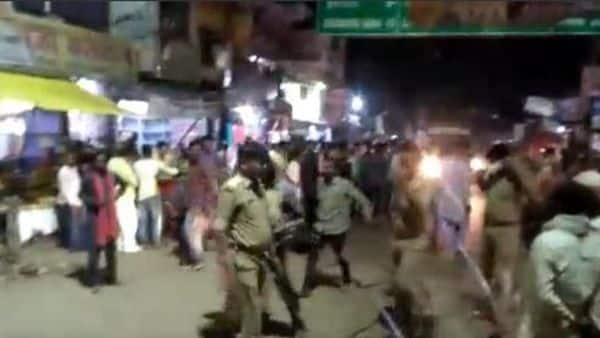 शव सड़क पर रखकर हंगामा करते लोगों को पुलिस ने हटाया.