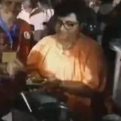साध्वी प्रज्ञा ने स्टॉल में ग्राहकों को परोसी फलहारी खिचड़ी,लोगों ने लगाए जय श्रीराम के नारे