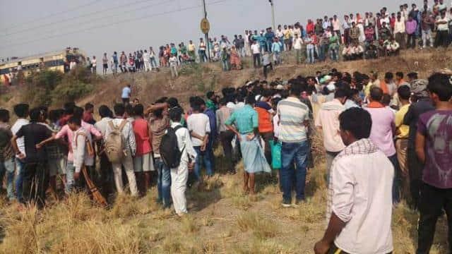 ट्रेन रोककर pg रेलखंड पर जहानाबाद के सेवनन में प्रदर्शन करते लोग।