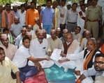 15 दिन का समय मांग, मंत्री ने खत्म कराया किसानों का अनशन