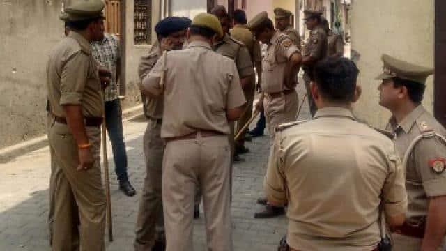 मौलवी के घर के बाहर तैनात पुलिस बल
