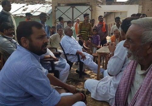 जनप्रतिनिधियों ने ग्रामीणों को दिया आश्वासन
