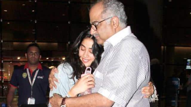 एयरपोर्ट पर बेटी जाह्नवी को देख इमोशनल हुए बोनी, झट से लगाया गले...देखें PHOTOS