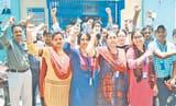काली पट्टी बांधकर एसबीआई के कर्मचारियों ने जताया विरोध
