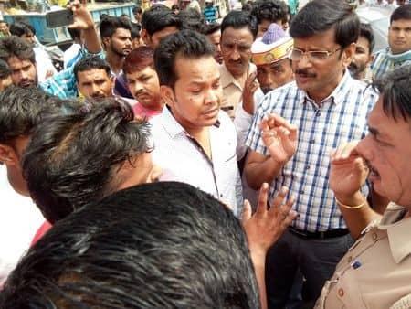 हसनपुर में गाय-सांड की जहर देकर हत्या, हिंदू संगठनों ने लगाया जाम, आरोपी का पिता पुलिस हिरासत में