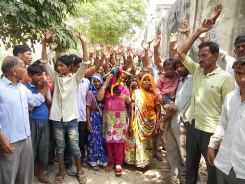 लहटौरा में ग्रामीणों ने किया चकबंदी का विरोध, प्रदर्शन