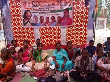 बिजली की समस्या को लेकर महिला कांग्रेस का बेमियादी धरना शुरू