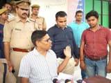 पेपर आउट कराने की कोशिश में लगे शिक्षक और कोचिंग प्रबंधक पुलिस की गिरफ्त में (फोटो : लाइव हिन्दुस्ता