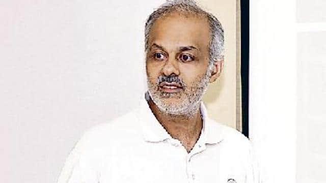 क्रिकेट में बॉल के स्विंग होने की जानकारी देते आईआईटी कानपुर के प्रो. संजय मित्तल।