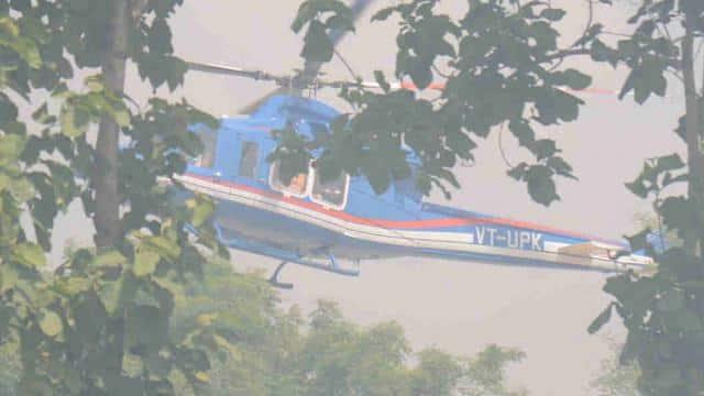 सीएम योगी का हेलीकॉप्टर लैंडिग की तैयारी में (फोटो: मोहम्मद मुकीद)