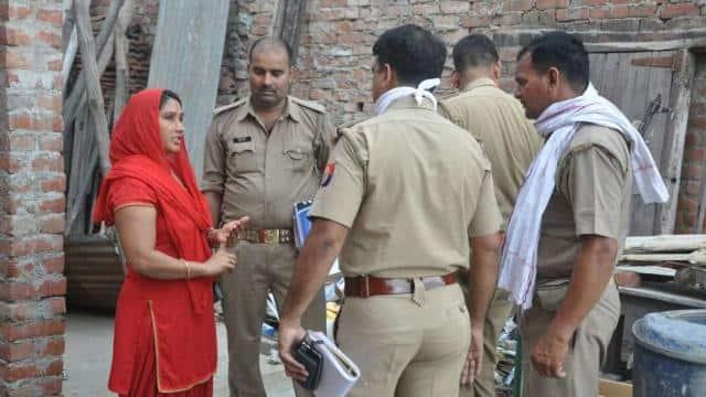 घटनास्थल पर पूछताछ करते पुलिस अफसर