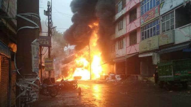 एक्सप्रेस रोड पर आग की चपेट में आई दुकानें