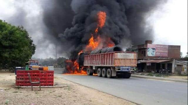 ट्रकों की टक्कर के बाद लगी आग