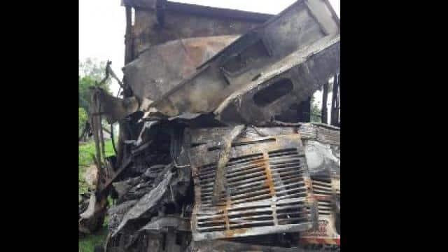बाराबंकी : आमने-सामने भिड़ंत के बाद ट्रकों में लगी आग, 4 घायल