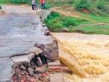 दोमुहानी नदी का पुल क्षतिग्रस्त, दो जिलों का संपर्क टूटा