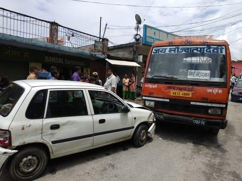 पौड़ी में वाहनों की टक्कर से लगा जाम