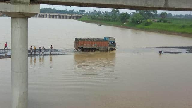 bhagalpur: truck drivers taking life risk and passing vehicle from bhaina diversion