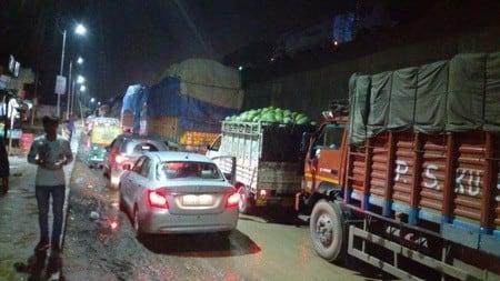 शाहजहांपुर रोड पर बारिश में सड़क धंसी, हाइवे जाम