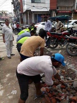 रुद्रपुर में नहीं चली जेसीबी, टीम ने उठाया मलबा
