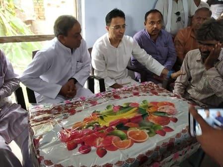 हरिनंदन के परिवार के साथ खड़ी पूरी कांग्रेस पार्टी