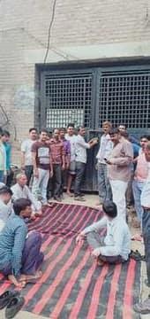 कटौती से नाराज किसानों ने बिजलीघर पर जड़ा ताला
