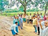 सड़क नहीं बनने से गुस्साए ग्रामीणों ने जिप सदस्य को घेरा
