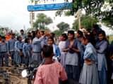 सड़क पर जाम लगाए छात्र छात्राएं