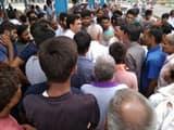 अनाज मंडी की दुकान में बच्चे का शव मिलने के बाद मौके पर जुटी लोगों की भीड़