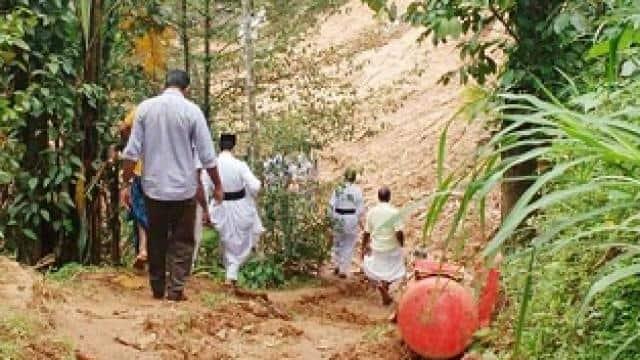केरल के बाढ़ प्रभावित गांवों में राहत सामग्री एवं आर्थिक मदद देने के लिए जाते फादर सीजू जॉर्ज
