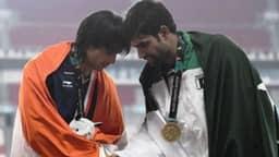 पाकिस्तानी खिलाड़ी से हाथ मिलाते नीरज (photo - twitter)