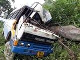 वृंदावन से लौट रही बस पेड़ से टकराई, 13 घायल