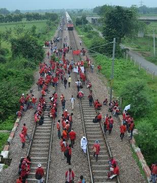 हाथरस में कुलियों ने दिल्ली-हावड़ा ट्रैक साढ़े चार घंटे जाम किया