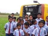स्कूल बस पलटने के बाद बच्चों को शीशा तोड़कर बाहर निकाला गया