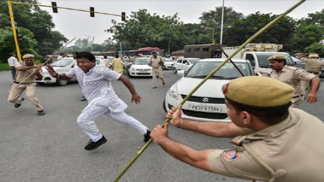 नई दिल्ली में प्रदर्शन कर रहे यूथ कांग्रेस के कार्यकर्ताओं पर पुलिस ने लाठियां भांजी (फोटो : PTI )