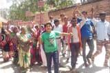 महिलाओं ने ब्लाक मुख्यालय में बोला धावा, कागज फाड़े