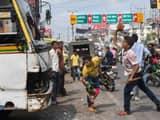 पटना में भारत बंद के दौरान गाड़ियों के शीशे भी तोड़ दिए (फोटो : पीटीआई)