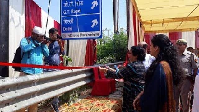 राजनगर एक्सटेंशन रोटरी पर लगाए गए प्रदूषण मात्रा सूचकांक बोर्ड का उद्धघाटन करतीं कल्पना अवस्थी