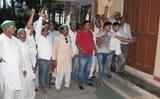 दूध की चोरी पर गुस्साएं किसानों ने पराग डेरी पर की तालाबंदी